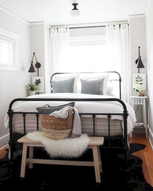 Những chiếc rèm mỏng màu trắng là lựa chọn hàng đầu cho những phòng ngủ nhỏ, bởi ánh sáng tự nhiên vẫn có thể len lỏi vào phòng, vừa mang lại vẻ đẹp tinh tế cho căn phòng