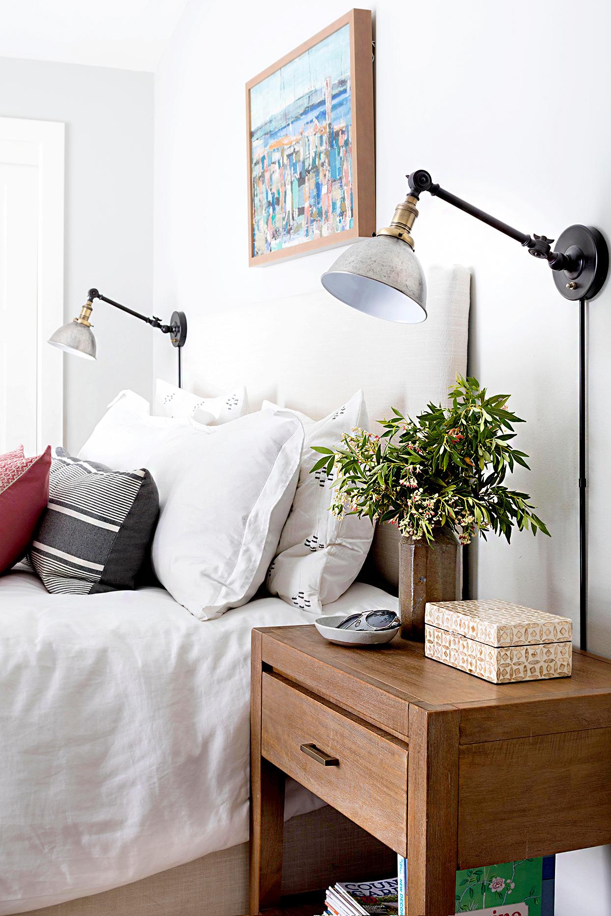 Thay vì sử dụng đèn để sàn thì những chiếc đèn gắn tường sẽ là lựa chọn phù hợp cho những phòng ngủ diện tích nhỏ