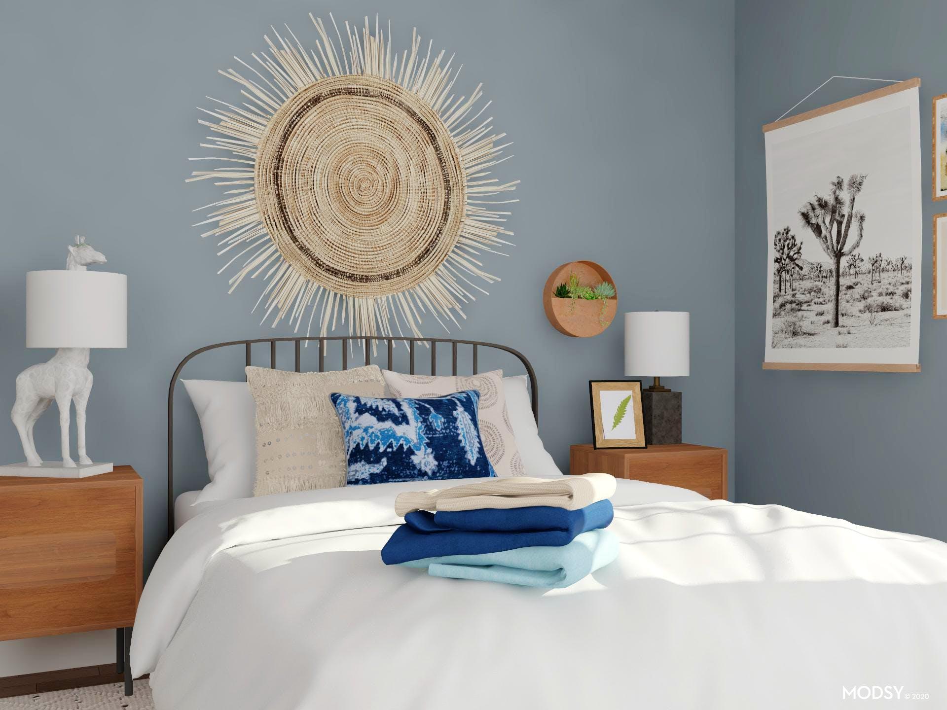 Điểm nhấn đầu giường với tác phẩm nghệ thuật hình mặt trời được làm từ cói giúp hút mắt người nhìn