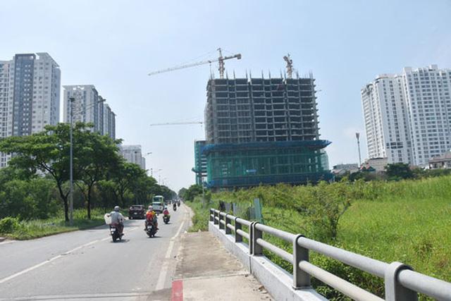 Các chung cư trên đường Nguyễn Hữu Thọ, huyện Nhà Bè, TP HCM. Ảnh: TẤN THẠNH