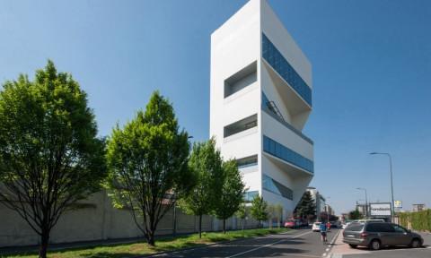 Tòa nhà mặt tiền dạng khối lồi xéo lạ mắt