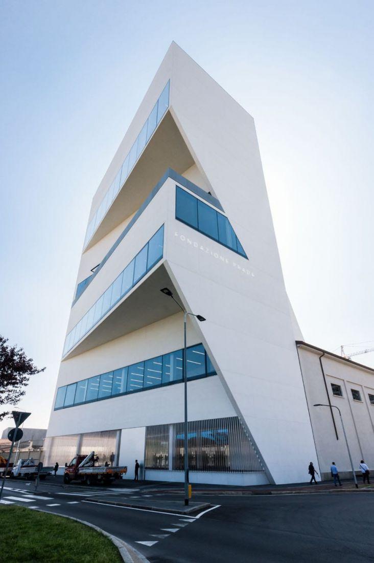 Điều đáng chú ý là mặt tiền tòa nhà F Torreazione ở phía Bắc và phía Đông mang diện mạo bao gồm các khối hình học đa giác góc cạnh lồi ra phía trước