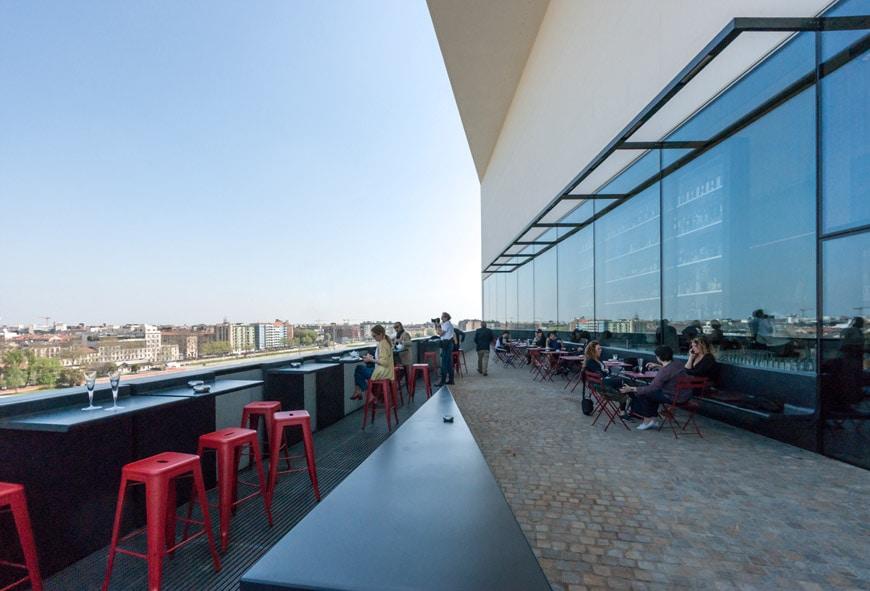 Tòa nhà này cao 60m có 6 không gian triển lãm lớn, một nhà hàng, một quán bar và một sân thượng toàn cảnh xếp chồng lên nhau trên 9 cấp độ