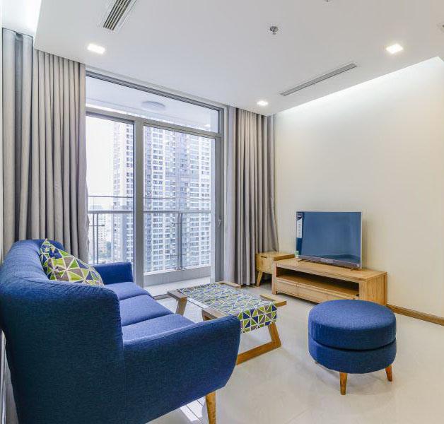Thiết kế nội thất phòng khách mang phong cách hiện đại với rèm cửa màu sáng