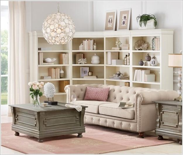 Một chiếc kệ góc phía sau sofa giúp hóa giải góc chết trong phòng khách và có thêm không gian lưu trữ