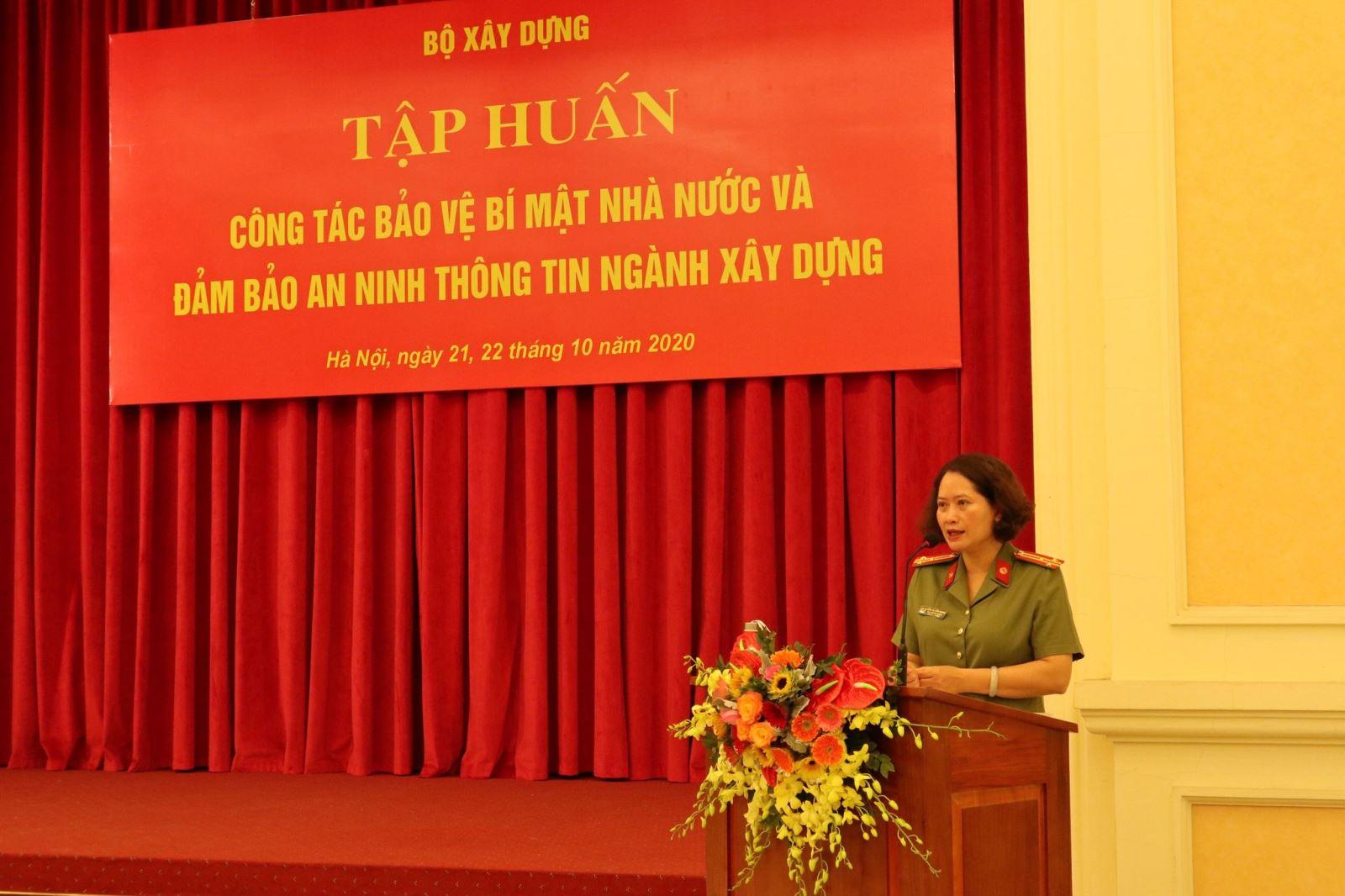 Thượng tá Đặng Hồng Nhung – Phó trưởng phòng Quản lý Nhà nước về bảo vệ bí mật Nhà nước, Cục an ninh chính trị nội bộ, Bộ Công an phổ biến nội dung Tập huấn