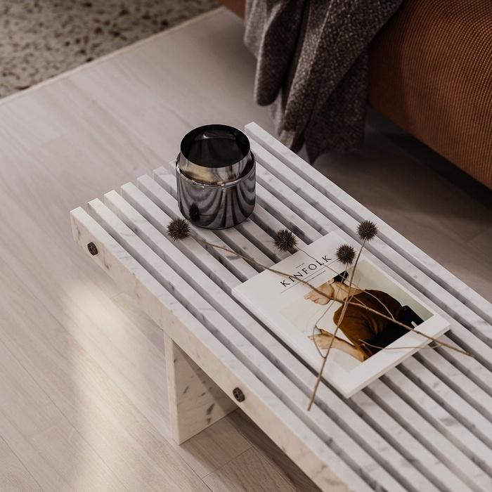 Bàn cà phê bằng đá cẩm thạch cực kỳ sang trọng và tinh tế, rất phù hợp với sàn gỗ bên dưới
