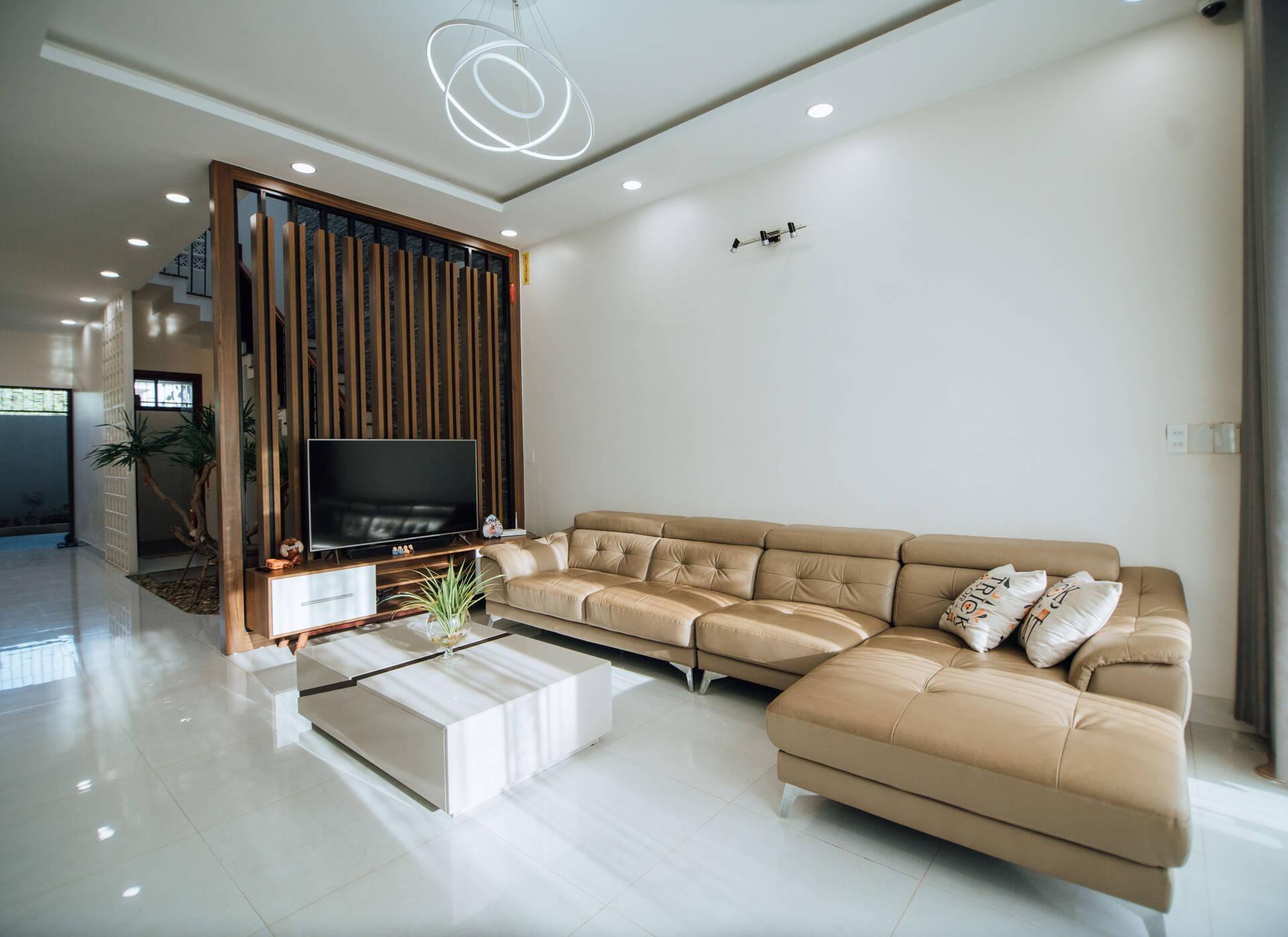 Nội thất phòng khách đơn giản với tông màu sáng, nhẹ nhàng