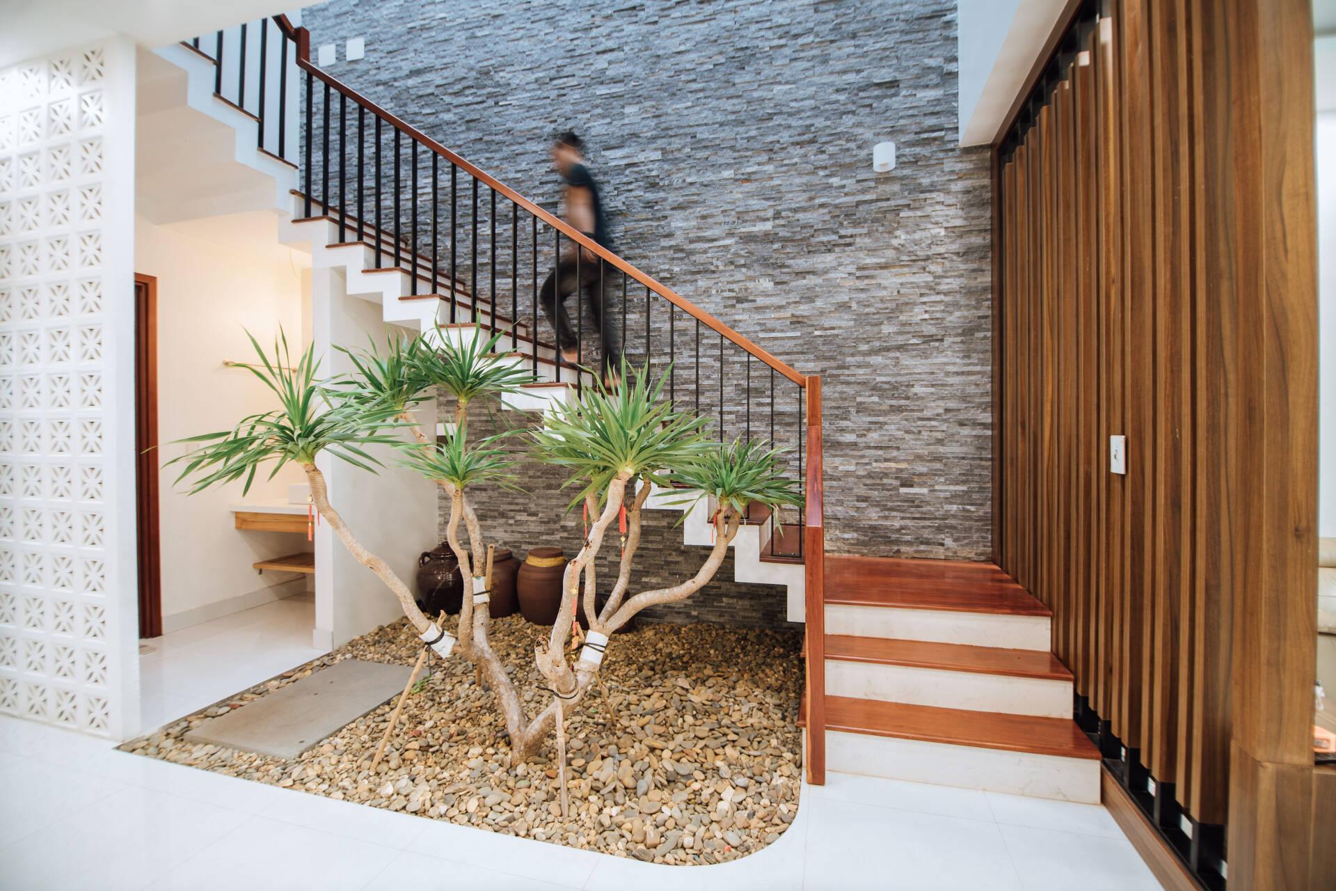 Cầu thang dẫn lên tầng 2, bao gồm phòng ngủ của con, phòng kho, khu vực thờ cúng...