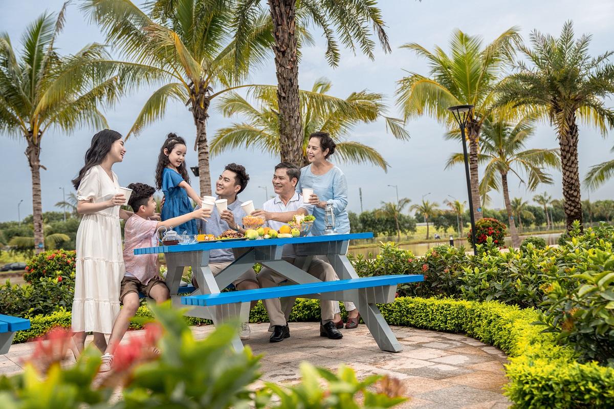 Cảnh quan tại Vinhomes Ocean Park được đầu tư quy mô và đồng bộ với hệ thống 3 biển, hồ trải cát trắng nơi cư dân có không gian vui chơi và những bữa tiệc BBQ ngoài trời bên gia đình và bạn bè hiếm có giữa Hà Nội