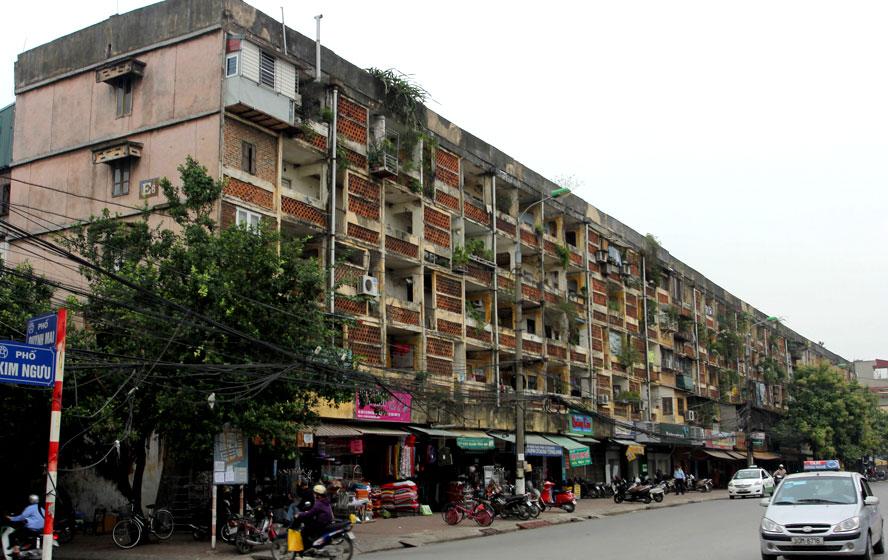 Thành phố Hà Nội có 1.579 chung cư cũ, nhưng đến nay mới có hơn 1% trong số này được cải tạo, xây dựng lại. Trong ảnh: Chung cư E6 Quỳnh Mai (quận Hai Bà Trưng) được xây dựng từ những năm 1960, đã bị xuống cấp nghiêm trọng. Ảnh: Công Hùng