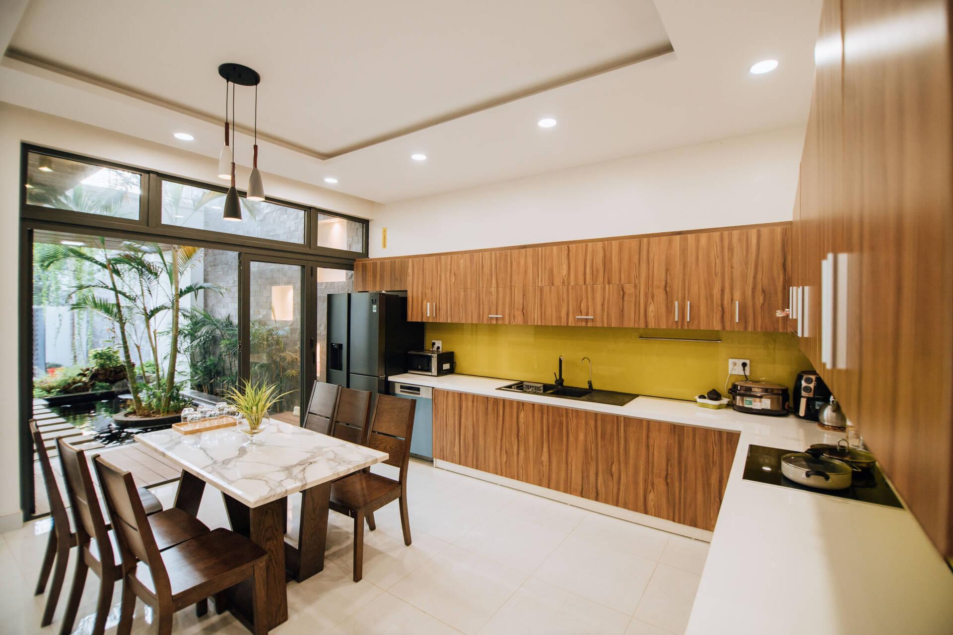 Khu bếp thoáng đãng, mát mẻ giúp gia đình khi nấu nướng hay dùng bữa đều thoải mái