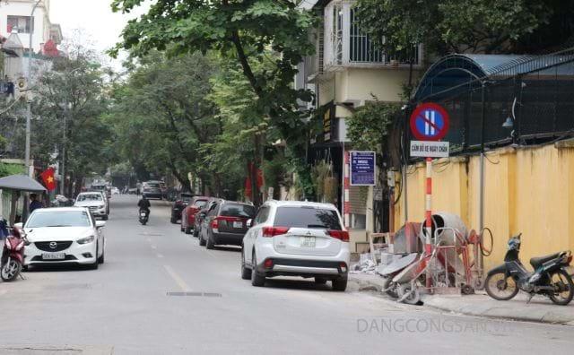 Tại phố Nguyễn Gia Thiều (Hà Nội), cả hai bên đường xe cộ đỗ choán hết lối đi, dường như biển cấm không có tác dụng. Ảnh: Báo điện tử Đảng Cộng sản Việt Nam
