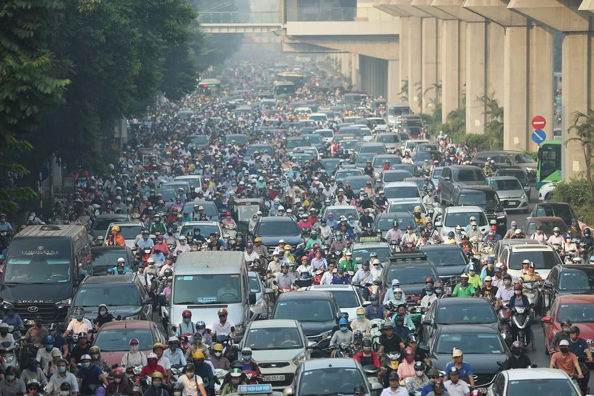"""Để có đủ chỗ đỗ cho 1 triệu ô tô, 7 triệu xe máy,  Hà Nội cần 400 triệu mét vuông. Trong ảnh: Ùn tắc trên đường Nguyễn Trãi, cảnh thường thấy của giao thông Hà Nội do số lượng xe cộ gia tăng trong khi hạ tầng giao thông """"chạy theo"""" không kịp. Ảnh: Vnexpress"""