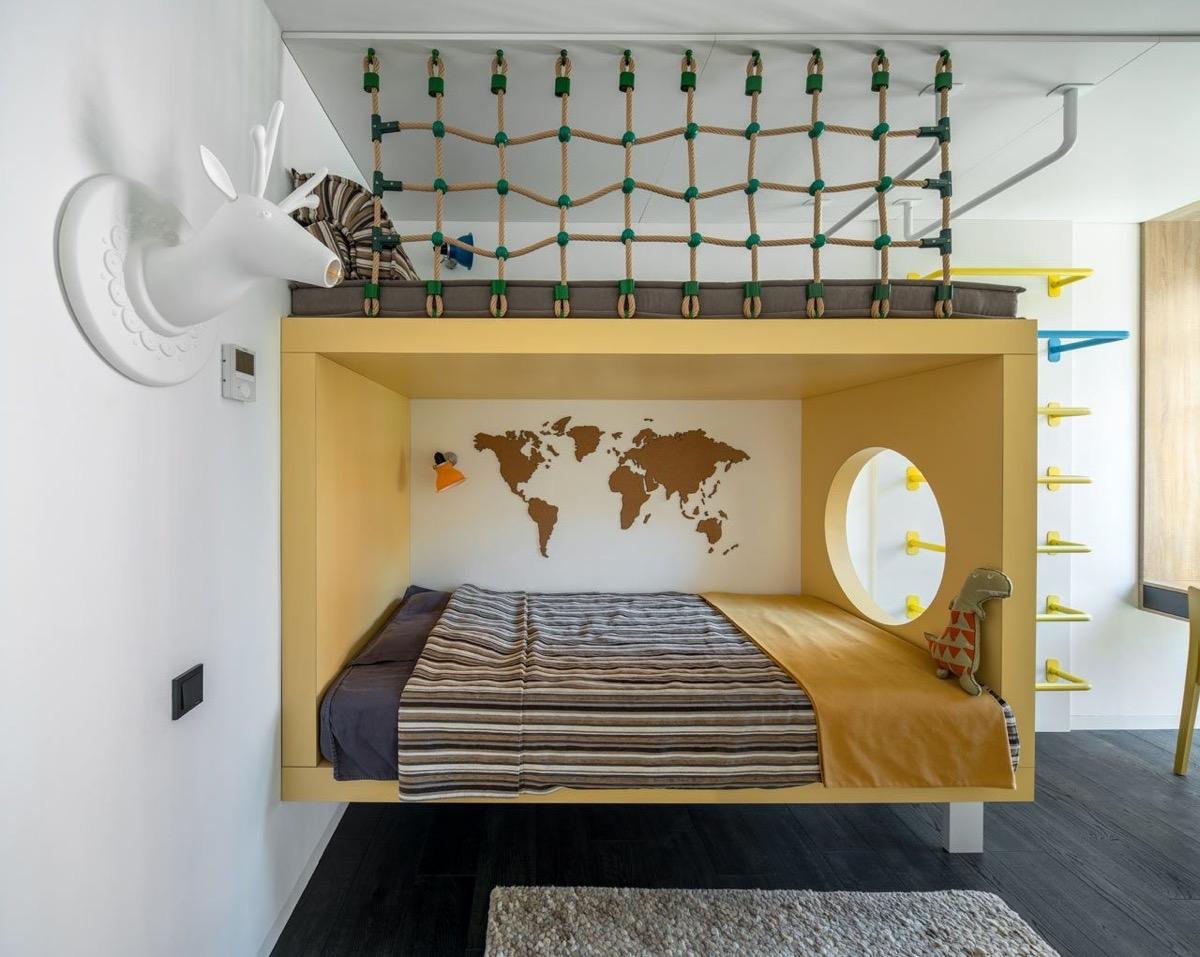 Khung giường màu vàng kết hợp với dây thừng đan lưới mang đến căn phòng ngủ thật phong cách
