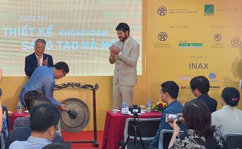 Chủ tịch Hội Kiến trúc sư Việt Nam,  TS.KTS Phan Đăng Sơn đánh cồng chính thức phát động cuộc thi
