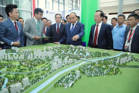Thủ tướng Nguyễn Xuân Phúc tham quan Triển lãm các mô hình, công nghệ tiêu biểu cho đô thị thông minh