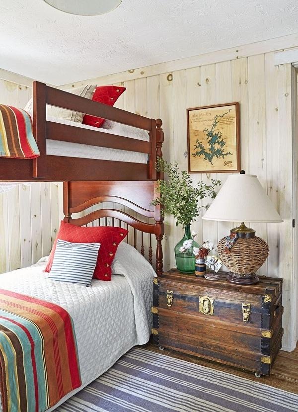 Hãy thêm màu đỏ đậm để cân bằng sắc thái và tạo nên điểm nhấn nổi bật trong phòng ngủ màu trung tính