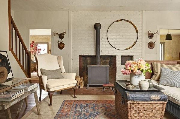 Màu kem là sự lựa chọn tinh tế cho những ai thích không gian nhẹ nhàng. Hãy chọn các màu sắc và họa tiết khác giúp phòng khách không bị cảm giác lạnh trong những ngày thu se lạnh.