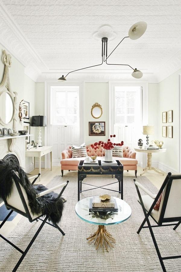 Những đồ nội thất tông màu đen – trắng bao gồm cả ghế, bàn và đèn giúp phòng khách sang trọng hơn hẳn