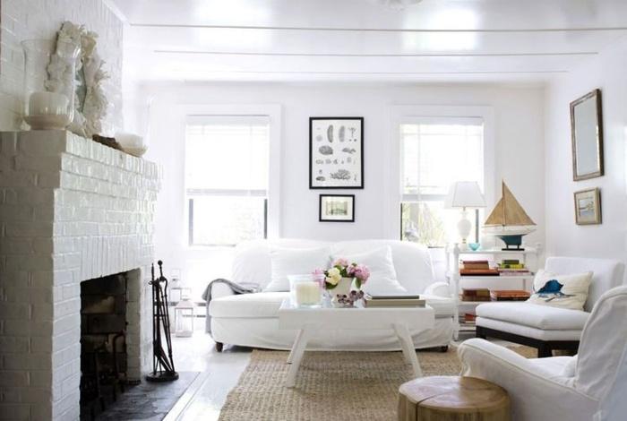 Nhiều người tin rằng màu trắng tạo không gian lạnh lẽo. Để tránh điều này: Tránh trang trí những đồ cứng, hiện đại và sử dụng đệm mềm mại để có được cảm giác thoáng mát nhưng vẫn ấm áp.