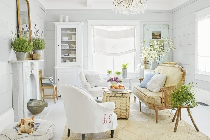 Các bức tường ván được sơn màu trắng để tạo ra phòng khách thoáng mát, tràn ngập ánh sáng
