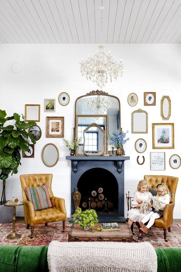 Những bức tường trắng trong phòng khách là phông nền tuyệt vời để treo những món đồ cổ, đặc biệt là một bộ sưu tập gương trang trí công phu