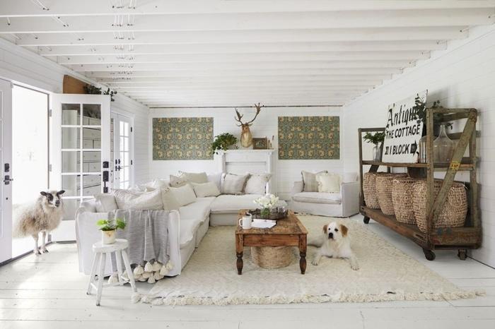 Sàn màu trắng kết hợp các đồ nội thất cổ và màu trung tính đem lại tổng thể tươi sáng cho phòng ngủ