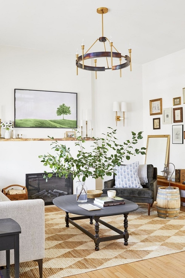Các gam màu nâu, xám và đen làm nổi bật phòng khách màu trắng