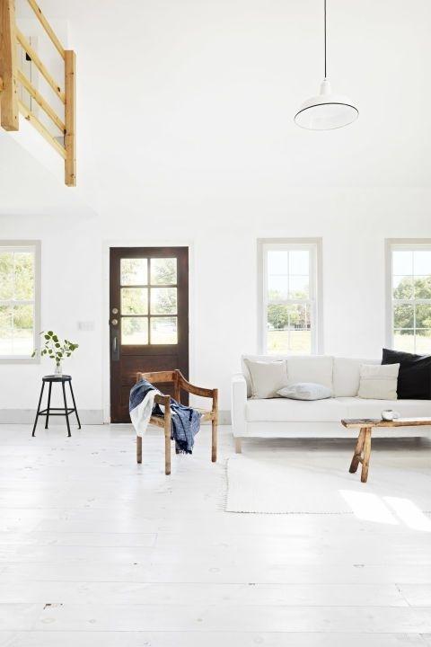 Những bức tường, sàn nhà, đường gờ và đồ nội thất màu trắng trong ngôi nhà nhỏ này trông tuyệt đẹp khi kết hợp với những điểm nhấn bằng gỗ mộc mạc
