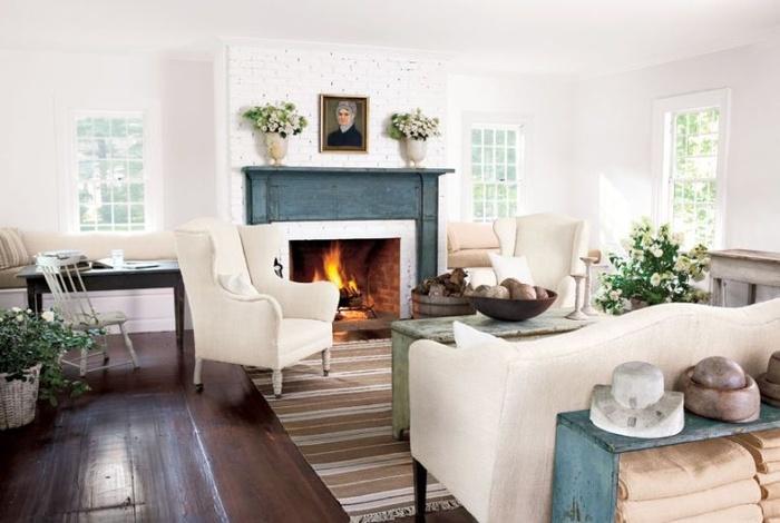 Màu xanh nhạt và màu nâu đỏ tô điểm cho phòng khách màu trắng