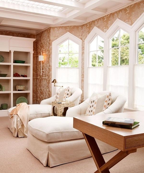 Thay vì ghép đôi ghế bành và ghế đẩu cổ điển, hãy sử dụng ghế dài. Đây chính là chỗ đọc sách hoàn hảo cho 2 người