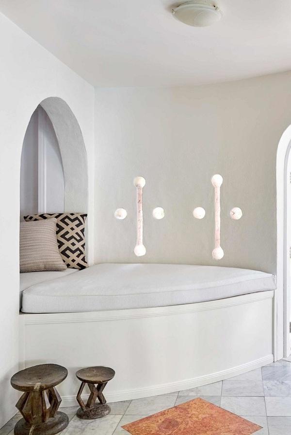 Để tận dụng không gian chuyển tiếp trong nhà hoặc ngoài trời, nhà thiết kế đã tạo ra một chiếc giường nhỏ bằng cách chỉ cần thêm một chiếc đệm và một số gối ném. Các đồ nội thất tạo điểm nhấn cho không gian tối giản.