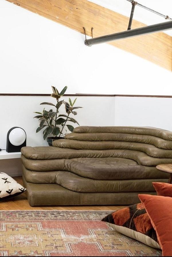 Chiếc ghế sofa và đệm sàn cũng tạo nên góc đọc sách cực hay cho bạn rồi!