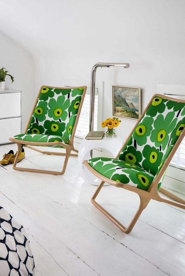Một góc đọc không cần bối cảnh đơn giản mà cực quyến rũ. Chiếc ghế màu xanh lá cây mang lại tâm trạng thoải mái trong khi bàn bên và đèn mang vẻ hiện đại.
