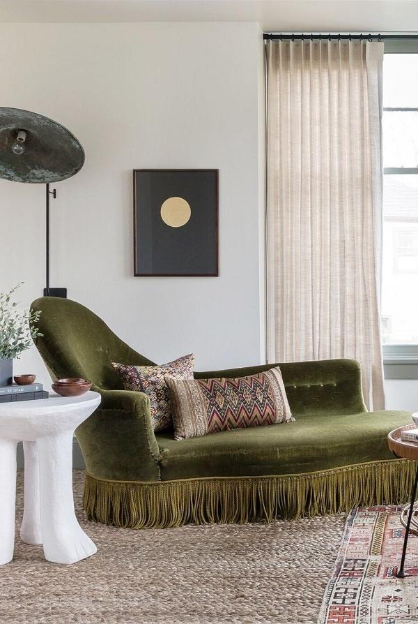 Nếu ngôi nhà của bạn không có góc nào để chuyển đổi thành một góc đọc sách, hãy thiết kế phòng khách thành nơi đọc sách. Bạn có thể chọn chiếc ghế sofa vừa tinh tế vừa ấm cúng, hoàn hảo để giải trí hoặc thư giãn một mình.