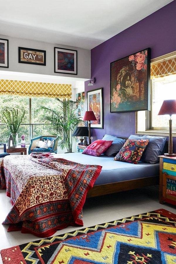 Nếu phòng ngủ của bạn quá sáng, thì một mảng màu tím hoàng gia đậm trên bức tường sẽ giúp hấp thụ ánh sáng và làm tăng vẻ quý phái cho không gian.