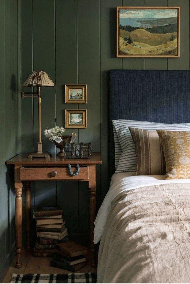 Phòng ngủ này được sơn màu xanh kaki, lấy cảm hứng từ thiên nhiên. Xanh kaki tôn lên tất cả các gam màu khác được sử dụng trong phòng ngủ và tạo ra một tổng thể đẹp mắt.