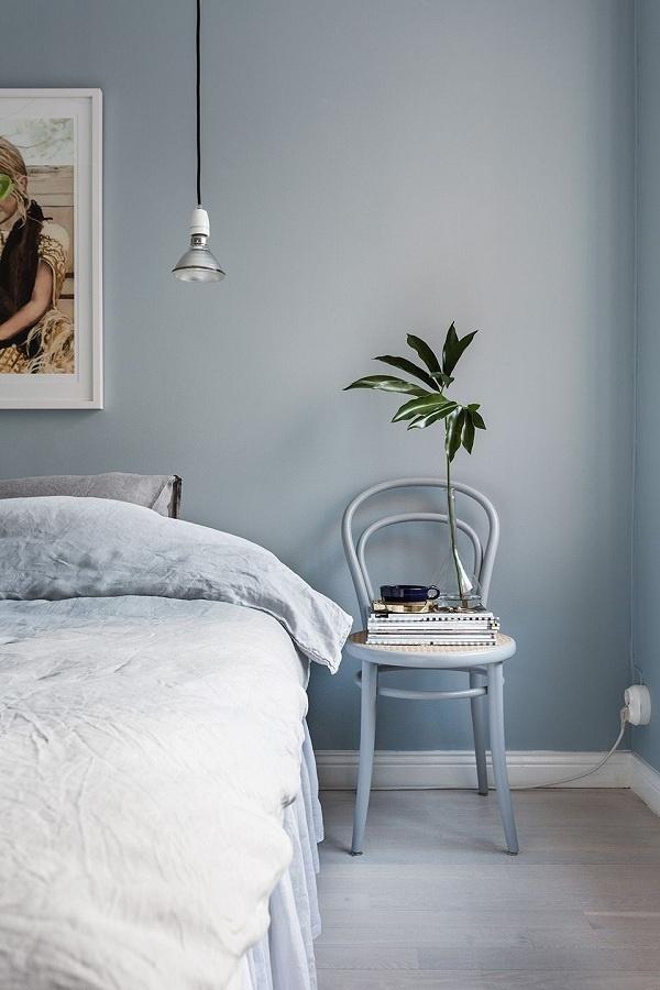 Màu xanh dịu nhẹ tạo cảm giác như được hít thở không khí trong lành khi bạn bước vào phòng. Nó mang đến không gian thanh tao, mơ mộng. Bộ khăn trải giường bằng vải lanh và chiếc ghế làm điểm nhấn bên bàn giúp phòng ngủ sang trọng hơn hẳn.