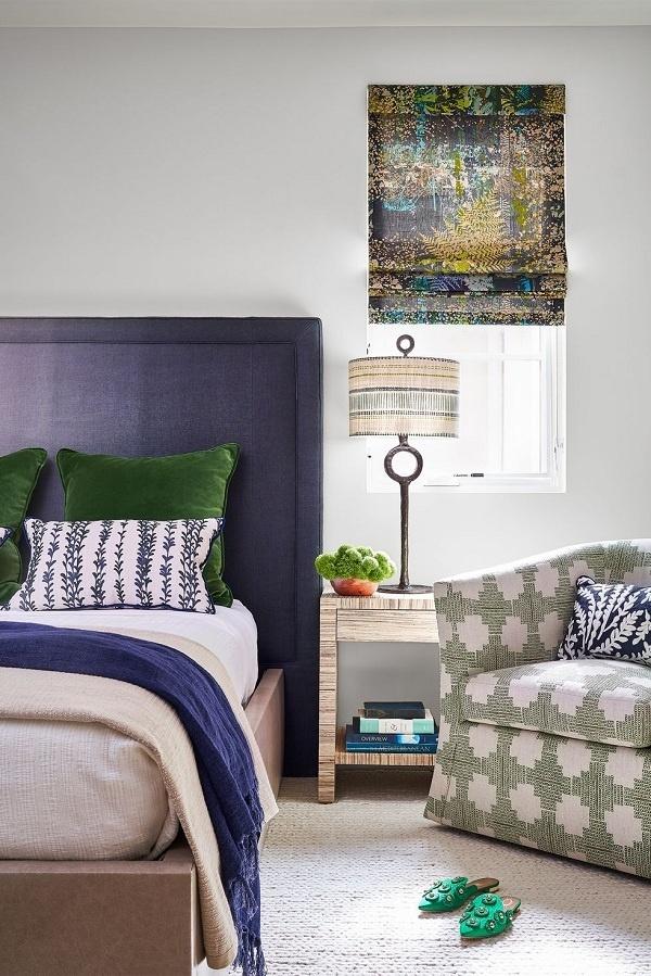 Đây chính là tông màu trung tính lý tưởng cho không gian ngủ nghỉ. Màu xám nhạt tôn lên tông màu xanh lá cây và màu chàm trong phòng ngủ này.