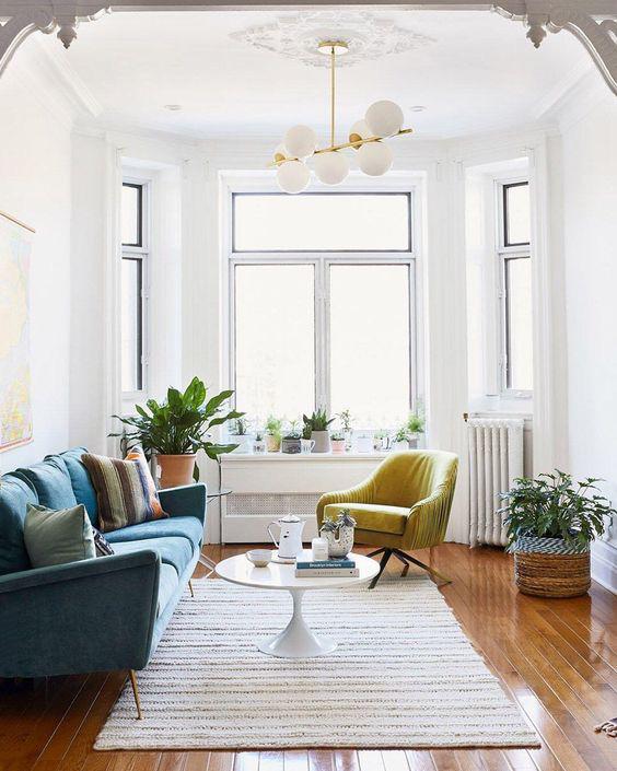 Bộ sofa có màu sắc rực rỡ đã tạo được điểm nhấn cho cả căn phòng (Nguồn: Pinterest)