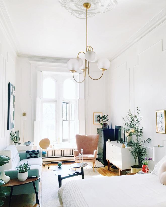 Chiếc sofa màu xanh da trời kết hợp với tông màu trắng của căn phòng tạo nên tổng thể hài hòa chuẩn không cần chỉnh (Nguồn: Pinterest)