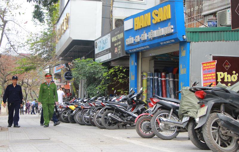 Lực lượng chức năng tuần tra, kiểm soát trật tự đô thị trên địa bàn quận Ba Đình. Ảnh: Chiến Công