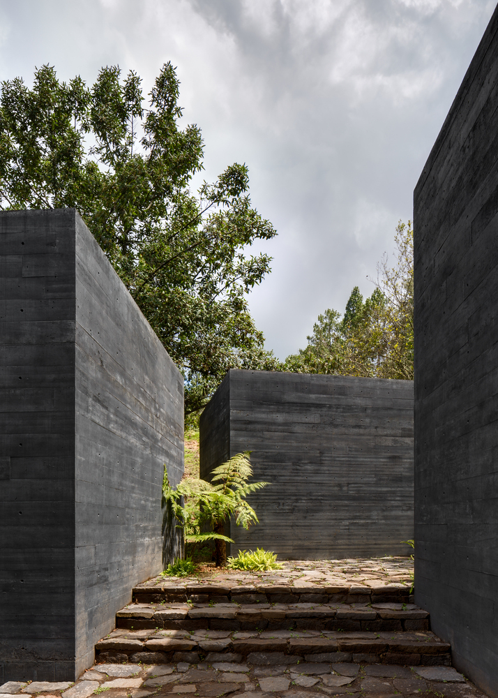 Bê tông đen mang đến vẻ đẹp ấn tượng, hút mắt cho ngoại thất công trình