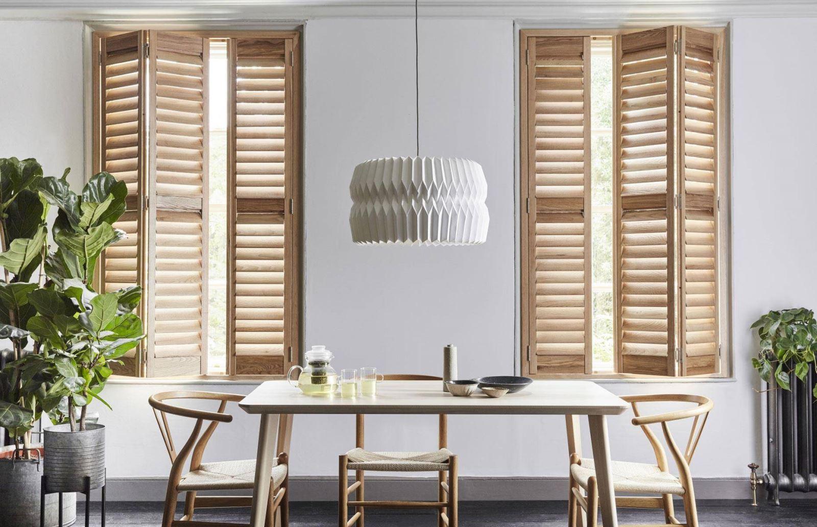 Cửa chớp gỗ tự nhiên kết hợp cánh kép phù hợp với phong cách thiết kế hướng đến sự mộc mạc, tự nhiên