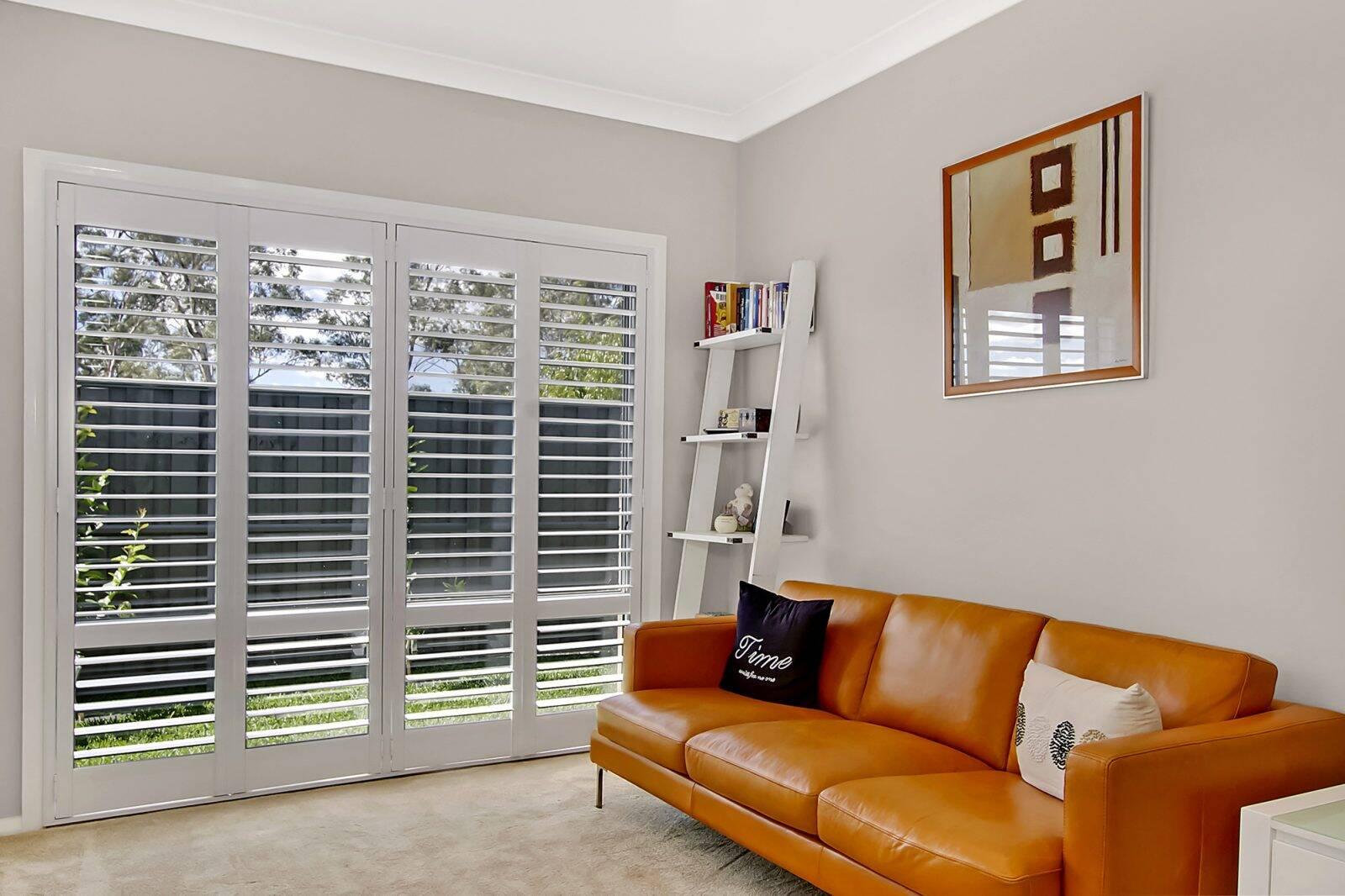 Cửa chớp được lắp mở rộng gần như toàn bộ tường để thay cho cửa kính
