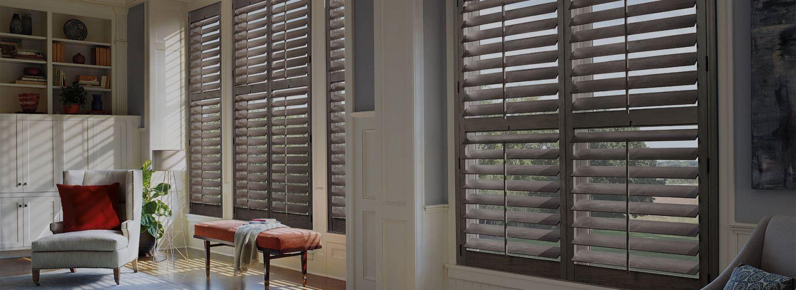 Mẫu cửa chớp 2 tầng với 2 kiểu mở khác nhau để điều chỉnh lượng gió vào nhà tùy ý gia chủ