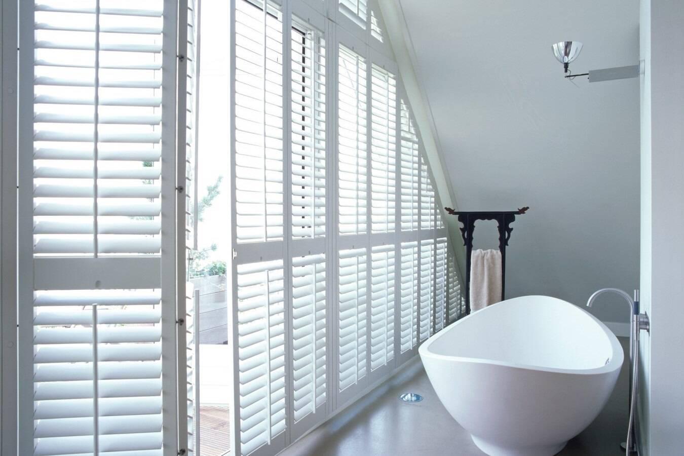 Phòng tắm với cửa chớp thay vách ngăn tường mang đến cảm giác đầy thư thái