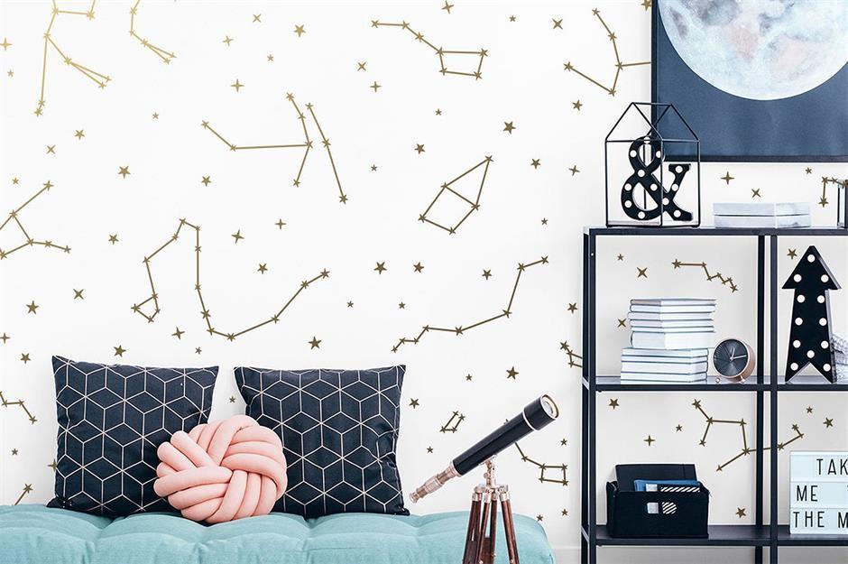 Bức tường với họa tiết vũ trụ gồm mặt trăng, chòm sao...sẽ mang đến cảm giác mới lạ và độc đáo cho ngôi nhà.