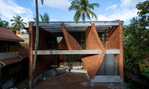 Ngôi nhà sử dụng gạch đục lỗ làm tăng khả năng giao tiếp với không gian bên ngoài